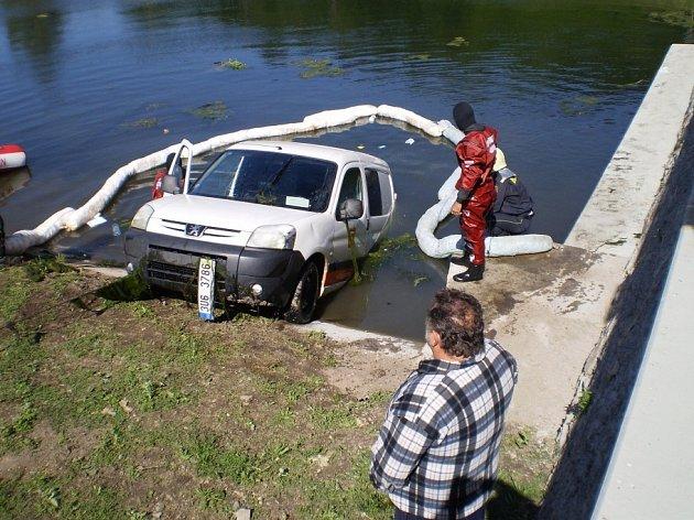 Auto skončilo v rybníčku v obci Pašinka. 3.6. 2009