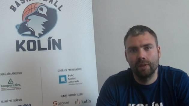 Kolínský basketbalista Jiří Jelínek při natáčení vědomostního kvízu pro fanoušky.