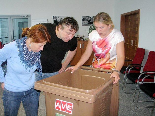 Jednatelka Věra Suchomelová ukazuje jednu ze speciálních nádob na bioodpad.