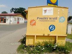 Kontejner na použité ošacení v nákupní zóně v Českém Brodě