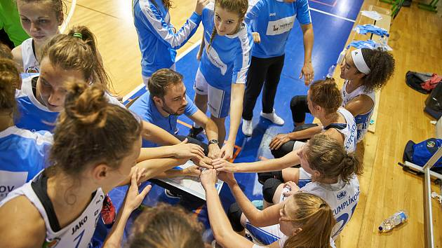 Basketbalistky trutnovské Lokomotivy prohrály v 6. kole RENOMIA ŽBL na hřišti mistrovského celku ZVVZ USK Praha 141:34.