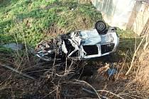 Hasiči vytáhli řidiče z hořícího auta. Chtěl spáchat sebevraždu.