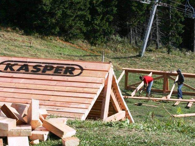 PŘEKÁŽKY od firmy Kasper jsou již připraveny a účastníci víkendové Marosany se rozhodně mohou těšit i na adrenalin.