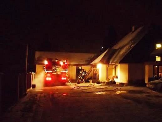 Truhlárnu muž neuhasil, musel zavolat hasiče