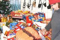 VÁNOCE v trutnovském psím útulku byly skutečně štědré. Lidé psům přinesli spoustu dobrot, hraček, pelíšky a hlavně krmivo. To by mělo podle slov Zdeňky Moravcové vydržet nejméně tři měsíce.