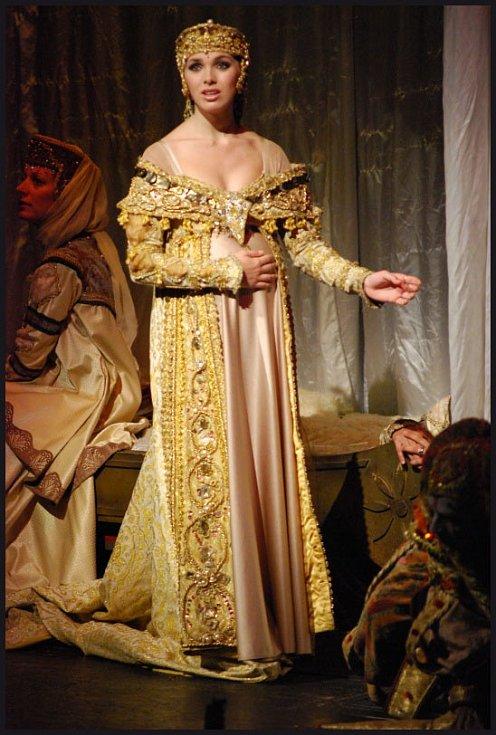 Kamila Nývltová jako Adriana.