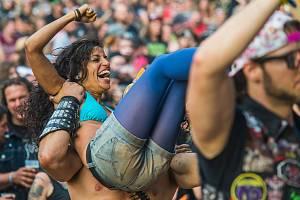 Na festival plný drsné hudby Obscene Extreme se pravidelně sjížděly do Trutnova desítky kapel a tisíce fanoušků z celého světa, od Jižní Ameriky po Asii.