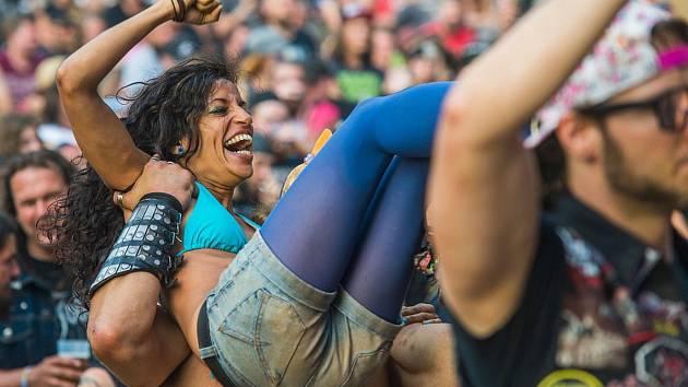 Na festival plný drsné hudby Obscene Extreme se pravidelně sjížděly do Trutnova desítky kapel a tisíce fanoušků z celého světa, od Jižní Ameriky po Asii. Letos si musí dát pauzu.