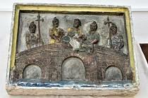 V Muzeu Podkrkonoší v Trutnově je k vidění i pískovcový reliéf s námětem svržení Jana Nepomuckého do Vltavy.