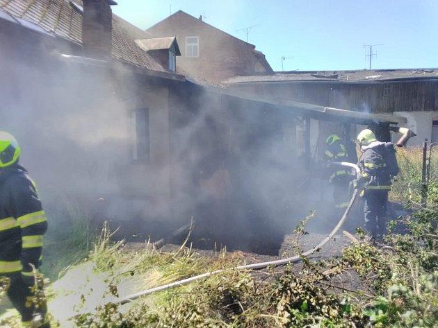 Za požár přístřešku vKunčicích nad Labem mohlo pálení odpadu a větví.