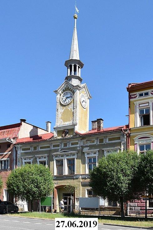 Tahle vypadala budova a věž staré radnice přesně před rokem. Radnice stála ve Svobodě nad Úpou už v 16. století, zděnou podobu získala v roce 1869. V roce 1955 byla přestavěna na kino.
