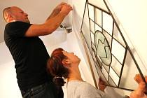 VÝSTAVU V MUZEU PODKRKONOŠÍ instalovala výtvarnice Edyta Kulla spolu s manželem Mironem, který se věnuje keramice.