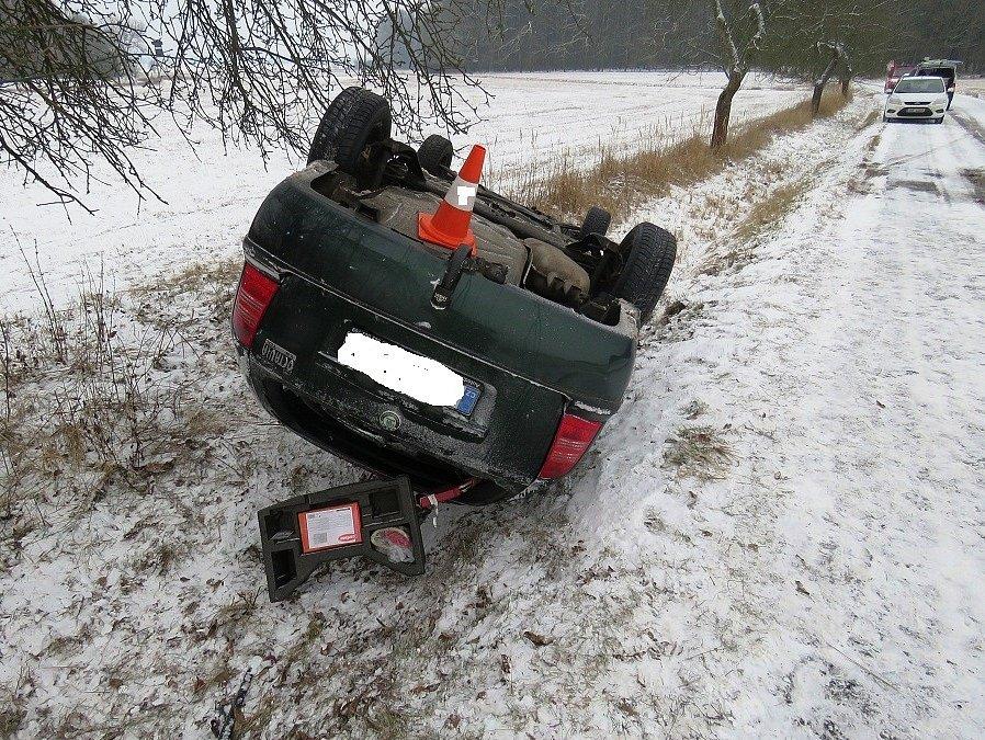 Vozovky klouzaly, odnesla to auta