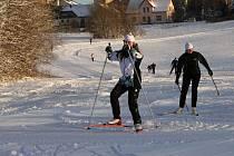 LYŽAŘI A BĚŽKAŘI. Ti všichni si užívali prvního pěkného zimního víkendu, i přes silný mráz zalitého sluncem  v Krkonoších. Podmínky přály spíše sjezdu, ale například ve vrchlabských Vejsplaších bylo také sportovně už v uplynulých dnech rušno.