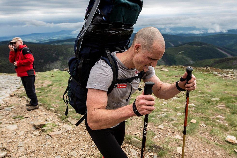 Závod horských nosičů Sněžka Sherpa Cup 2019 z Pece pod Sněžkou na vrchol nejvyšší české hory.