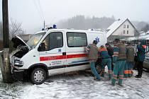 Kluzká vozovka byla včera příčinou mnoha dopravních nehod. Jedna z nich se stala ráno po sedmé hodině na Babí u Trutnova. Sanita narazila do sloupu elektrického vedení, střetu se nevyhnula ani projíždějící škodovka.