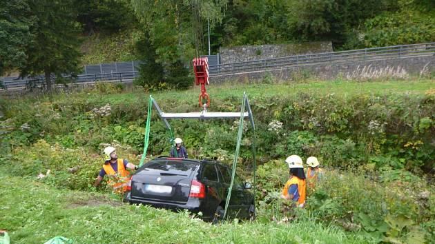 Auto sjelo do řeky, vytáhli ho hasiči.