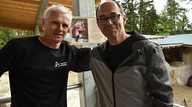 Členové Sdružení pro Vízmburk Jaroslav Balcar (vpravo) a Zdeněk Honzera, kteří se zasloužili o obnovu hradu v Havlovicích.