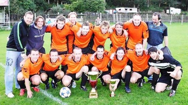 PO DEVÍTI LETECH se krásná trofej za vítězství v okresním poháru stěhuje do Kocbeří. Místní borci ji vyhráli i v roce 2002.