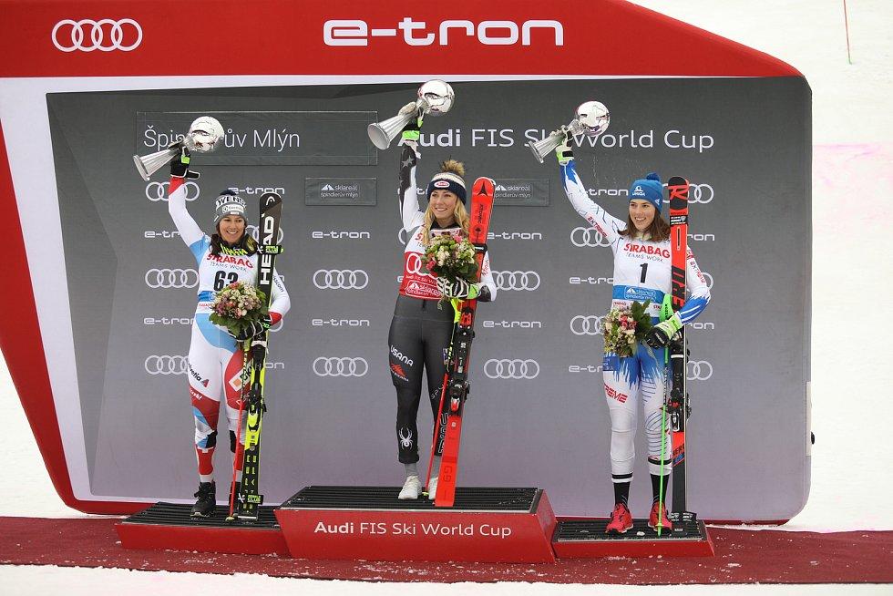 Stupně vítězů po sobotním slalomu. Zleva: Holdenerová, Shiffrinová a Vlhová.