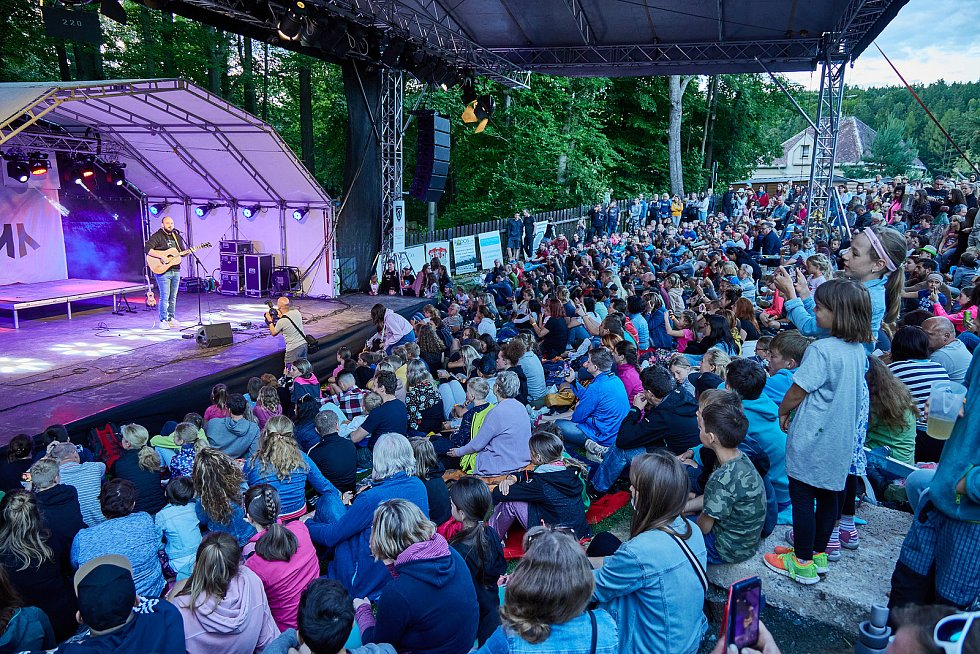 Koncert písničkáře Pokáče zahájil Kulturní léto na Štěrbově vile na Přehradě Les Království.