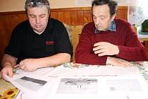 BRATŘI Vladimír Nosek z Jilemnice (vlevo) a Bohuslav Nosek z Vrchlabí nad kopiemi fotografií, které pořídil jejich dědeček Štěpán Řehořek, který se plavil na lodi Bremen.