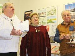 JAROSLAV a ALENA Klempířovi spolu se Stanislavem Motlem a dívčím sborem, otevřeli ve čtvrtek v Žacléři výstavu o Grónsku.