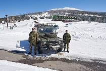 Vojáci hlídají na horách i v dubnu.