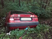 Tři zranění po nárazu auta do stromu.