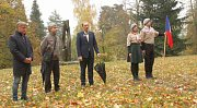 Lípu srdčitou ke 100. výročí naší republiky zasadili dnes ve vrchlabském zámeckém parku.