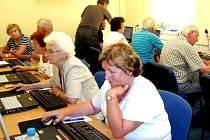 KURZY vzdělávacího centra v Turnově poskytují zájemcům nejen jazykovou vybavenost, ale také různé rekvalifikace a celoživotní vzdělávání v řadě oblastí. Své místo mají v programech i zdejší senioři.