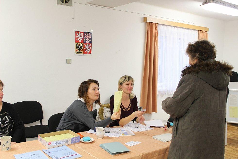 V Horní Kalné na Trutnovsku má volební komise kompletně dámské složení. Voliče viditelně znejistěl souběh prezidentských a senátních voleb a skutečnost, že hlasovací lístky vkládají pro oboje volby do jedné společné obálky.