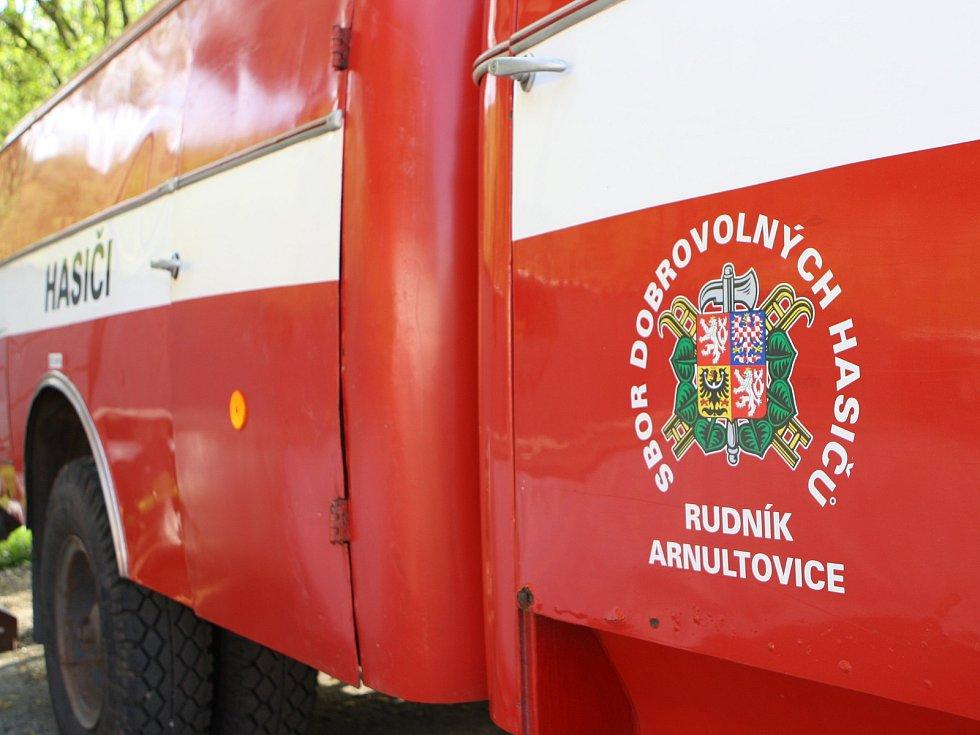 Rudník představil moderní hasičskou cisternu tatrovku, dosavadní liazku věnoval požárníkům do Horní Olešnice-Ždírnice.