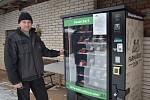 Jan Basař z rodinné farmy Basařovi. Na jejich farmě v Prosečném si můžete koupit maso z automatu.