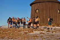 Lidé přijeli na víkend do Krkonoš nejen na lyže, ale i na procházky po horách.