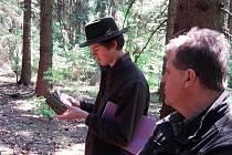 Studenti České lesnické akademie v Trutnově absolvovali v pondělí praktickou část maturit ve školním polesí. Po vylosování čísel zkoumali, jakou část lesa dostali přidělenou pro zodpovídání otázek před zkušební komisí.