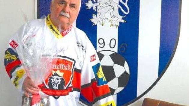 VÍTĚZ HOKEJOVÉ TIP LIGY čtenářů převzal v týdnu podepsaný dres Jiřího Šimánka a sud piva Tambor.