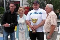 PETR MRKVICA (druhý zprava) neponechal ve slovenských Piešťanech nic náhodě a vyhrál čtyři z pěti disciplín dalšího závodu ze seriálu Strongman.