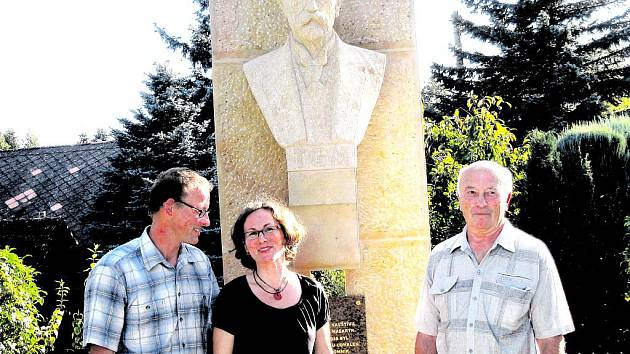TŘETÍ ODHALENÍ. Obnovenou Masarykovu bustu včera v Trotině představili zleva: autor Rudolf Huťka, místostarostka Jana Saifrtová a starosta Ladislav Příhoda.