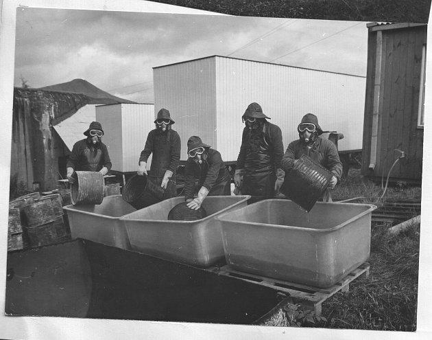 Na podzim 1990jsme dokončili vyklízení jedů znašeho bunkru. Pod jedním zochranných obleků se ukrývá iautor.