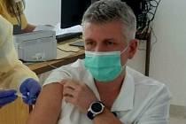 Mezi prvními očkovanými v Nemocnici Vrchlabí byl lékařský ředitel Petr Jindra.