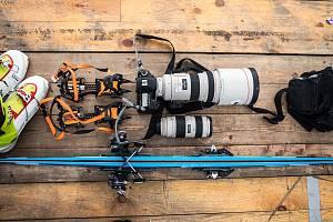 Výbava fotografa Deníku při Světovém poháru v alpském lyžování ve Špindlerově Mlýně.