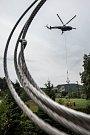 V Černém Dole na Trutnovsku byly usazeny nové stožáry elektrického vedení. Kvůli nepřístupnému terénu pro jeřáb musel stožáry usadit speciální vrtulník.