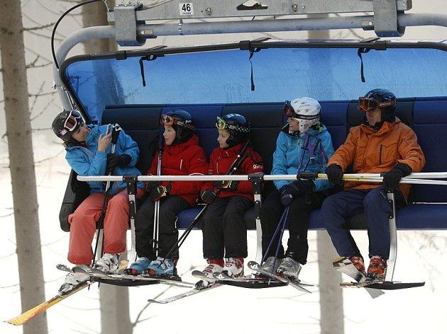JEDNÍM Z MÁLA MÍST, kam mohou lyžaři vyrazit je Černá hora. Vyzkoušet mohou třeba novou šestisedačku Hormanky Express.