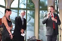 JANSKÉ LÁZNĚ žijí. Na nově pojaté, atraktivní zahájení letošní sezony se přijely podívat stovky lidí. Slavnostní večer na kolonádě uvedl ředitel lázní Rudolf Bubla (na snímku vpravo).