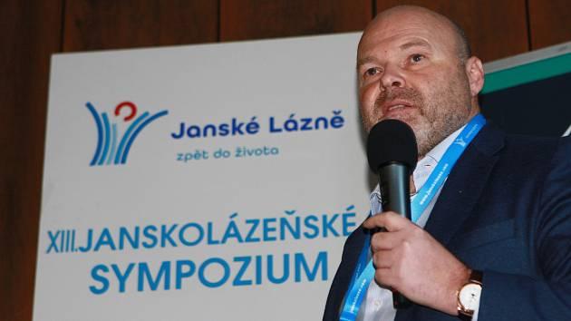 Světově uznávaný fyzioterapeut Pavel Kolář přednášel na Janskolázeňském sympoziu. Je dlouholetým předsedou jeho Vědecké rady.