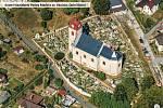 Kostel v Dolní Kalné na leteckém snímku.