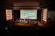 PRVNÍ KONCERT 21. trutnovského festivalu Jazzinec se odehrál ve čtvrtek v kině Vesmír. Sólově zahrála Lenka Dusilová a po ní vystoupili trumpetista Erik Truffaz a kytarista David Kollar.