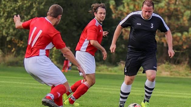Návrat do zápasového režimu vyhlížejí i fotbalisté Volanova (v červeném) a Bílé Třemešné.