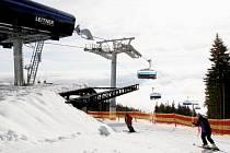 LANOVKA HOFMANKY EXPRESS vyveze lyžaře do výšky téměř 1100 metrů. Cestující před nepřízní počasí chrání sklopná bublina, ke komfortu přispívají i vyhřívané sedačky.